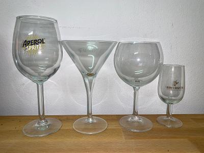 Skleničky na víno. Aperol Spritz, Plynouth, Remy Martin