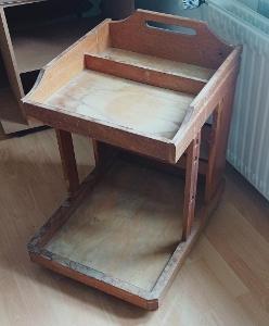 starý servírovací stolek na kolečkách