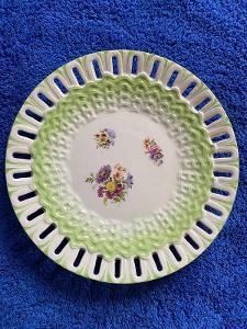 Prolamovaný ozdobný dezertní talířek - značeno, zespodu otluky