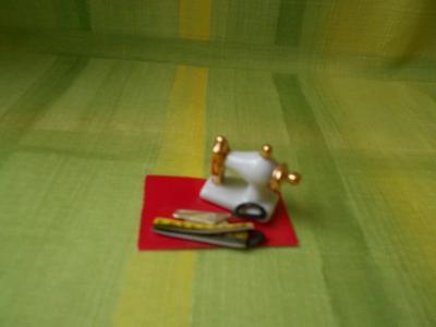 Miniaturní porcelánový šicí stroj pro mini panenky