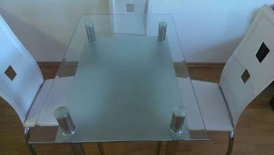 Stůl a tři židle