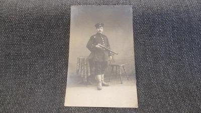 H1. Fotografie voják s puškou 1914