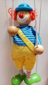 Velká dřevěná loutka klaun