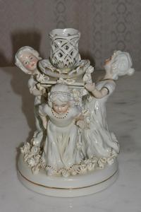 Zámecký porcelánový svícen s dámami