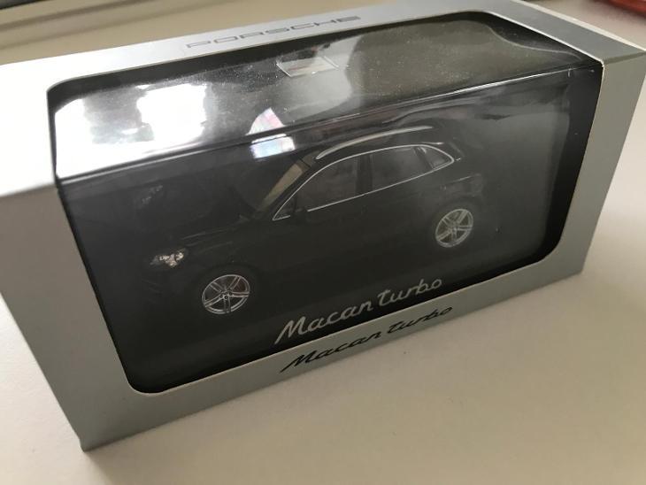 1:43 Porsche Macan Turbo Minichamps  - Modelářství