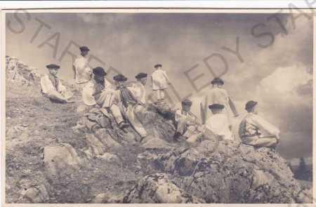 Chlapci na skalách ve slovenských krojích, foto Ka