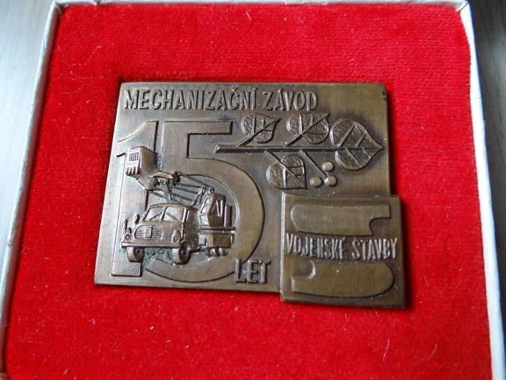 MECHANIZAČNÍ ZÁVOD - VOJENSKÉ STAVBY, 15 LET, bronzová plaketa+etuje. - Faleristika
