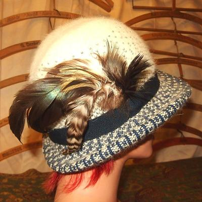 Hřejivý lehký úpletový stylový dámský klobouk s ozdobou z pravého peří