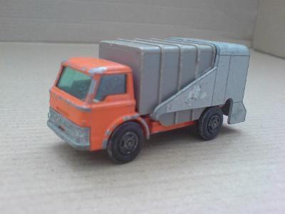 MB7-Refuse Truck