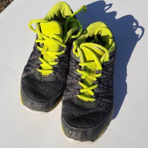 Šedé boty sportovní obuv na tkaničky do tělocvičny vel. 33