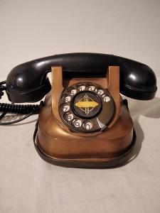 starý měděný telefon