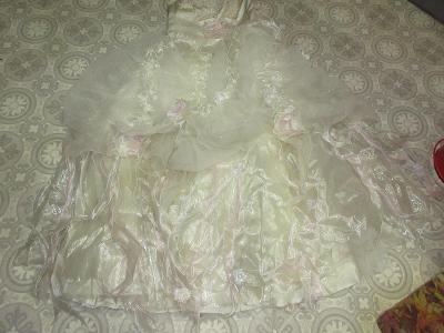 šaty ,jako pro princeznu světlé třpitivé