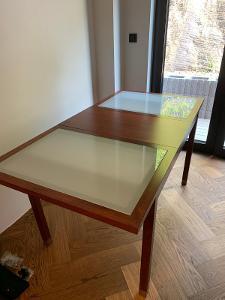 Velký rodinný jídelní stůl + 6 židlí