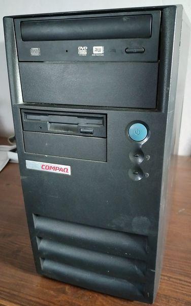 Starý počítač s WIN98 a DOS hrami rychlý funkční