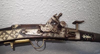 Křesadlová arabská puška,  zdobená