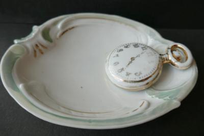 staré CIBULE - hodinky z porcelánu - na misce !!! secese