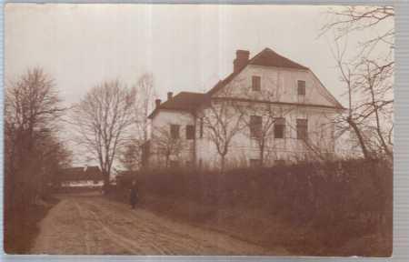 Rodinný dům u silnice se ženou - Pohlednice