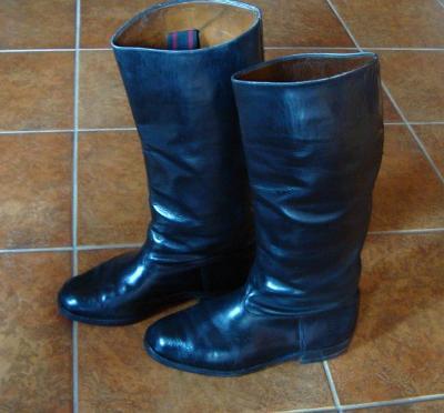 Zachovalé staré vojenské kožené boty - holínky