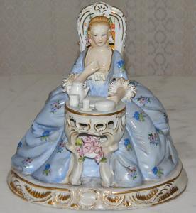 Zámecká porcelánová soška - Dáma v šatech