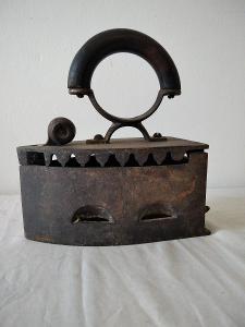 Pěkná stará kovová žehlička na uhlí