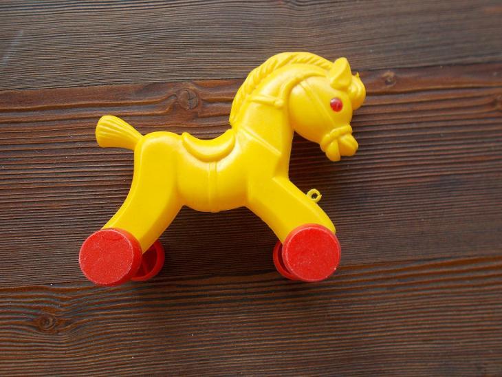 Starší plastová hračka na tahání - koníček 16 cm - od 1kč - Starožitnosti