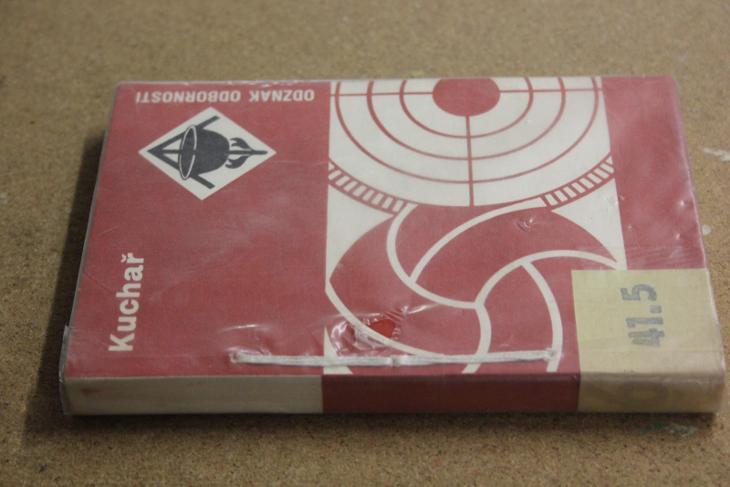 STARÁ KNIHA KUCHAŘ  ROK 1982 - Knihy