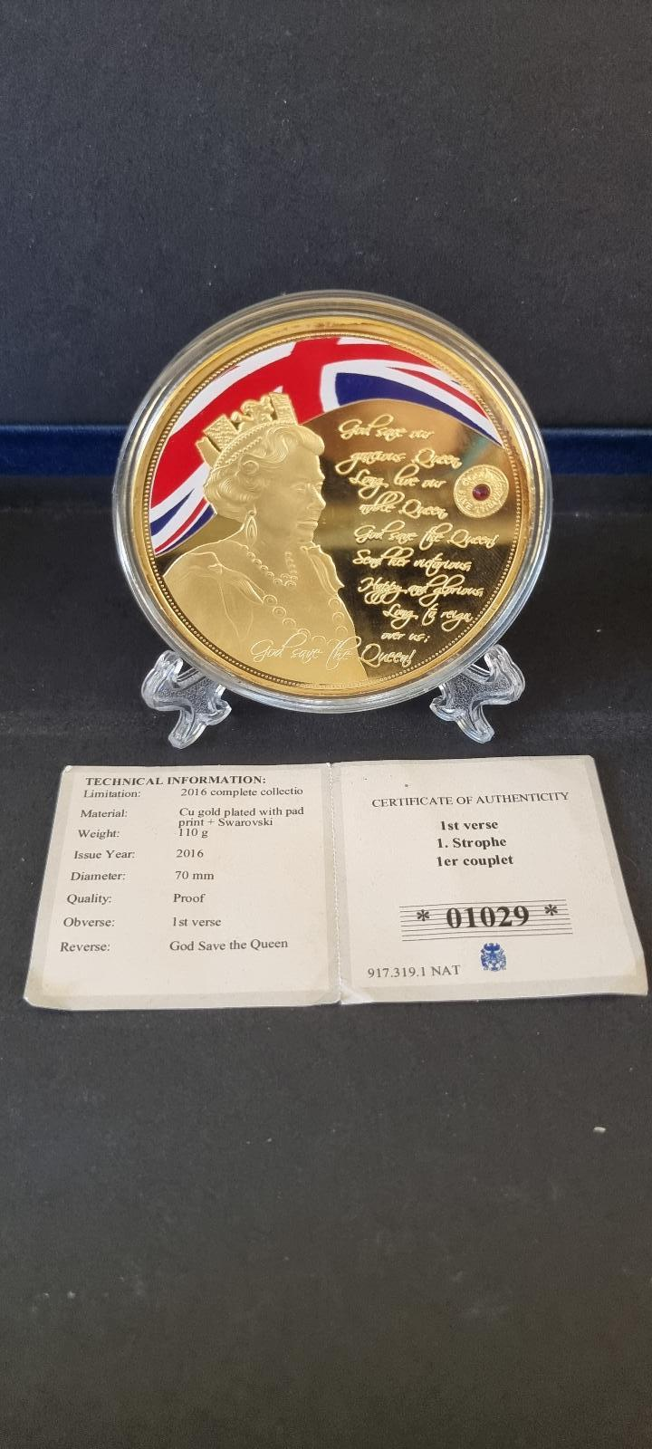 Kralovna Elizabeth ii pozlaceny medailon s narodni hymnou a Swarovski  - Numismatika