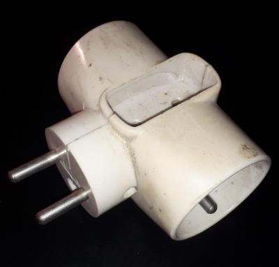 rozbočovací zásuvka v bílém provedení 250V třícestná