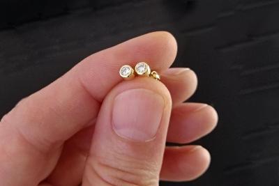 Zlaté náušnice na šroubovací butonek s přírodními diamanty - brilianty