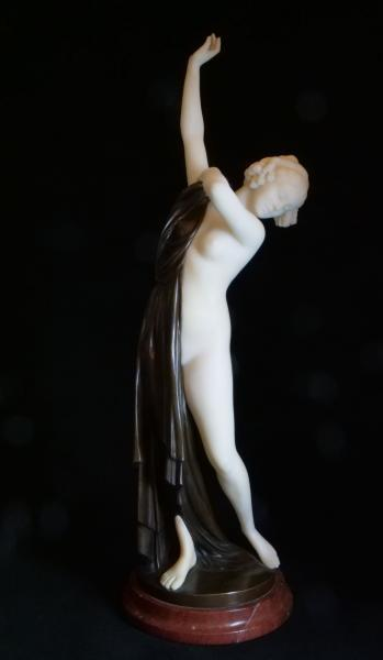 Secesní alabastrová socha