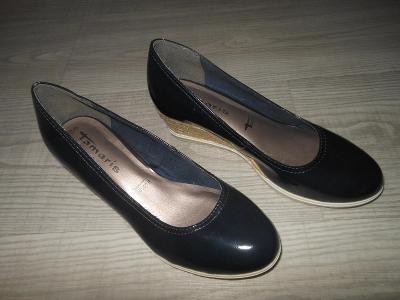 Lakované boty na klínku zn. TAMARIS  vel. 38