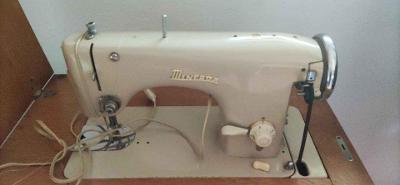 Skříňový šicí stroj Minerva