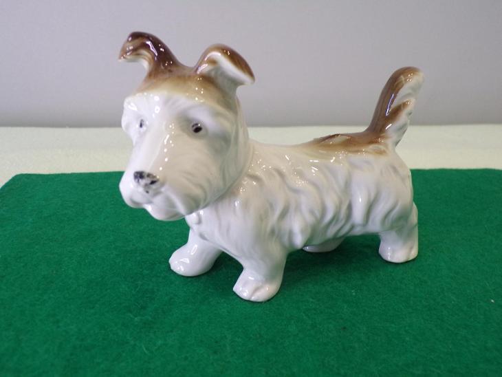 Figurální porcelán - pes. Značeno viz. foto. - Porcelán