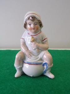 Figurální porcelán - mimino na nočníku. Nepoškozený.