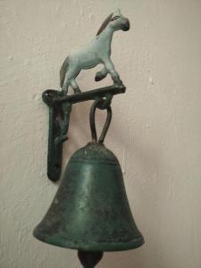 Zvonek s koníkem s třemi otvory na přišroubováni na zeď,nebo rám dveří