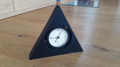 Stolní hodiny designového vzhledu - černé - tvar trojúhelník - Quartz