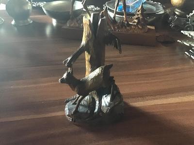 Stará, vyřezávaná figurka srny ze dřeva