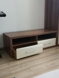 Dřevěný stolek pod televizi s šuplíky