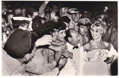 Česká filmová fotoska s herečkou Brigitte Bardot  (7x11 cm)