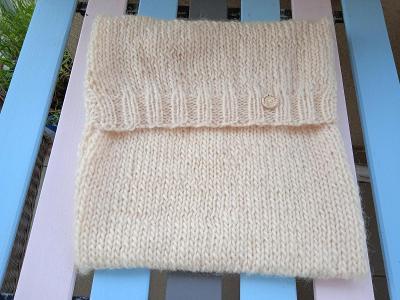 ručně pletený polštář z ovčí vlny