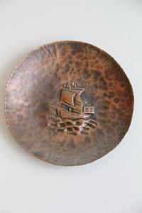 měděný talíř na zeď s lodí krásná práce průměr 17,5 cm VÍCE V POPISU