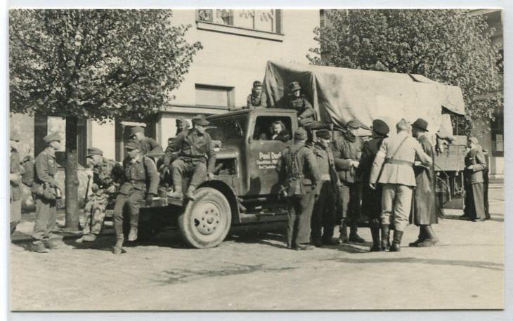 Hronov - duben 1945 ustupující wehrmacht, před domem U zeleného stromu - Antikvariát