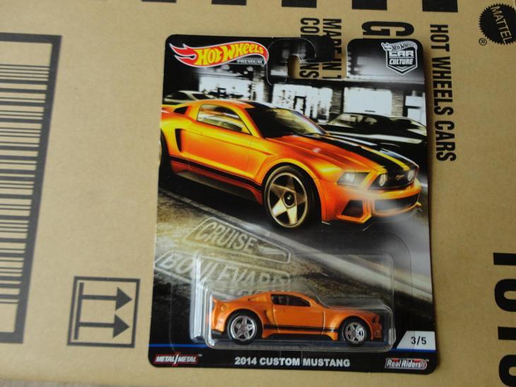 Hot Wheels 2014 Custom Mustang.Rozbalený.Krabička je otevřena. - Modelářství