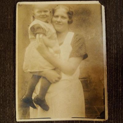 Fotografie z 1.republiky - žena s dítětem v náručí 12x8,5 cm