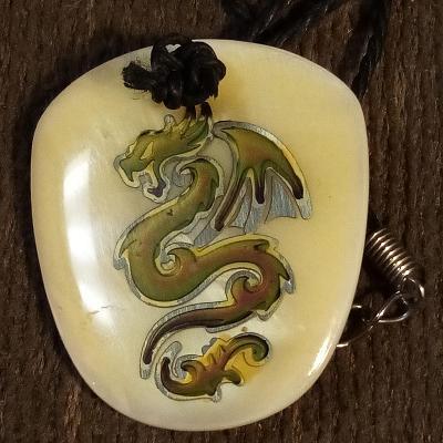 Náhrdelník 76 cm s perleťovým přívěskem s čínským drakem 3,5x3 cm
