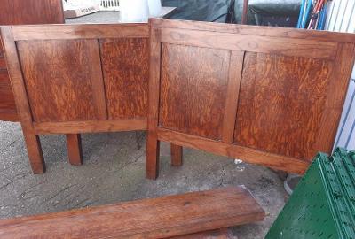 Staré pěkné dřevěné postele