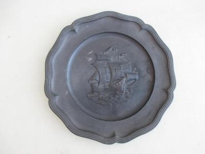 Starožitný plechový nástěnný talíř motiv mořský koráb