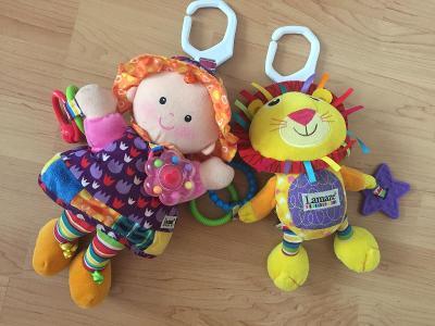 Hračky LAMAZE do kočárku nebo postýlky, panenka a lvíček