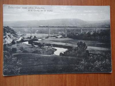 Železniční most přes Jihlávku s vlakem