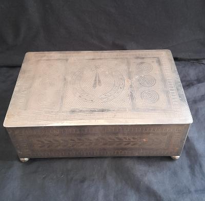 Krásná stará plechová krabice 30 léta. Na doutníky ? Top stav